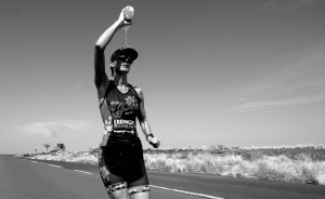 Claudia kämpft sich lächelnd ins Ziel beim Ironman Hawaii
